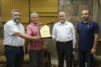 تقديم درع الاتحاد الى السيد علي احمد حجازي تقديراً لمساهماته في برنامج ادارة الطوارئ